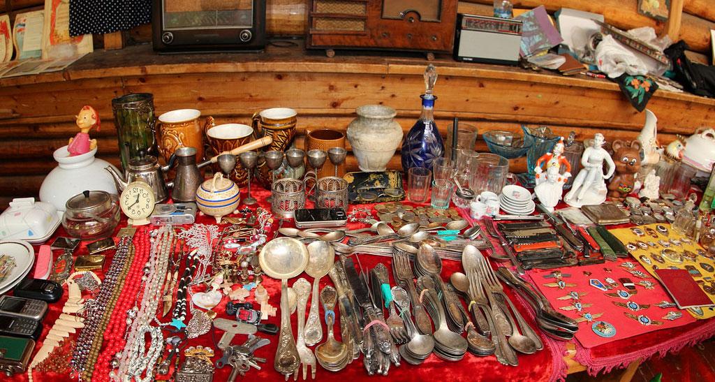 Разнообразие товаров на Блошином рынке в Измайлово
