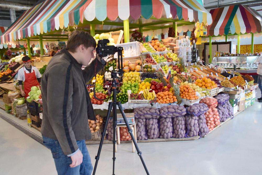 Прилавок с фруктами и овощами на Колхозном рынке Мытищинской ярмарки